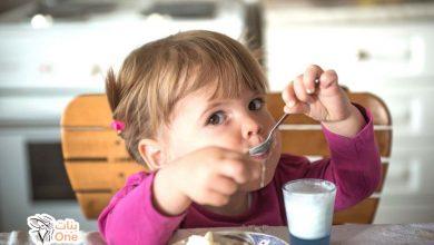 اكل الاطفال الرضع في الشهر السادس.. وعلامات استعداد الطفل لتناول الطعام