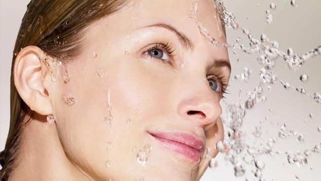 طريقة تنظيف الوجه من الدهون والأوساخ في المنزل