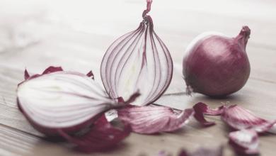 فوائد قشر البصل المغلي المتعددة