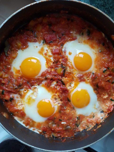 طريقة عمل بيض بالبصل والطماطم