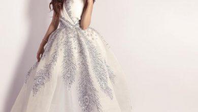 فستان سواريه ابيض لإطلالة جاذبة مفعمة بالثقة